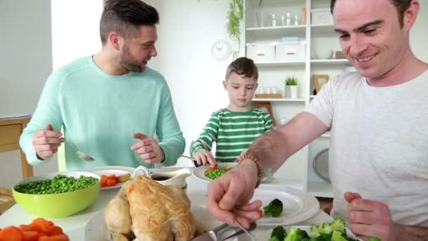 Männlichen paar einem Abendessen mit Sohn