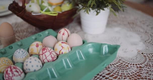 Ostereier im Extruder auf dekoriertem Tisch