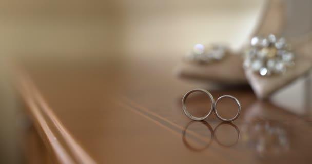 Svatební prsteny v zdobené krabici