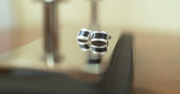 Svatební přípravky - čeledíny manžetové knoflíky na stole