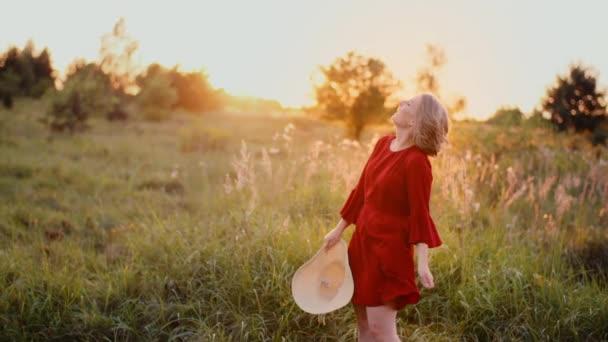 Portrét ženy s pozitivním úsměvem při pohledu do kamery při západu slunce