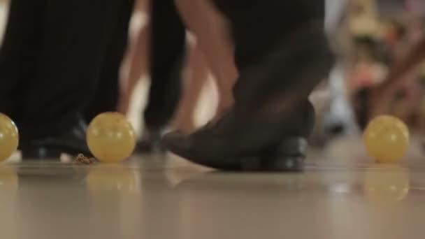 Persone ballano sulla discoteca - Stock footage - Stock Video