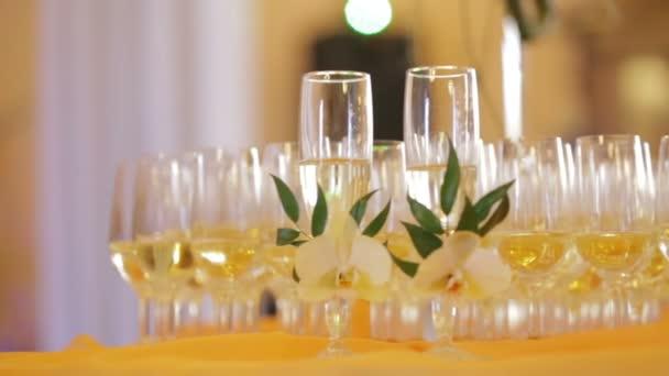 Geschmückte Sektflöten auf dem Tisch während der Hochzeit