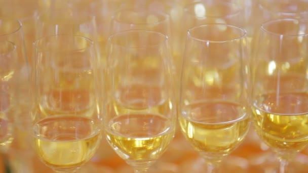 Díszített asztalon pezsgõspohárnaks során esküvő