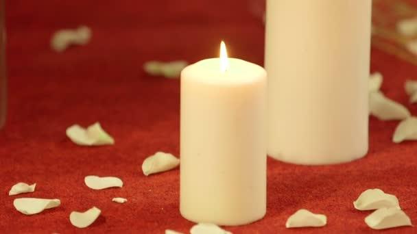 svíčka na černém pozadí