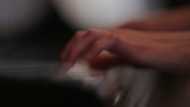 Zongora a játékos kezét, zár-megjelöl szemcsésedik