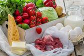 Výběr čerstvé zeleniny od zemědělců na trhu