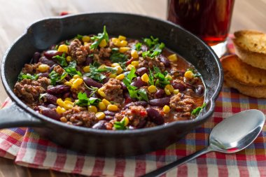 Chili con carne in iron cast