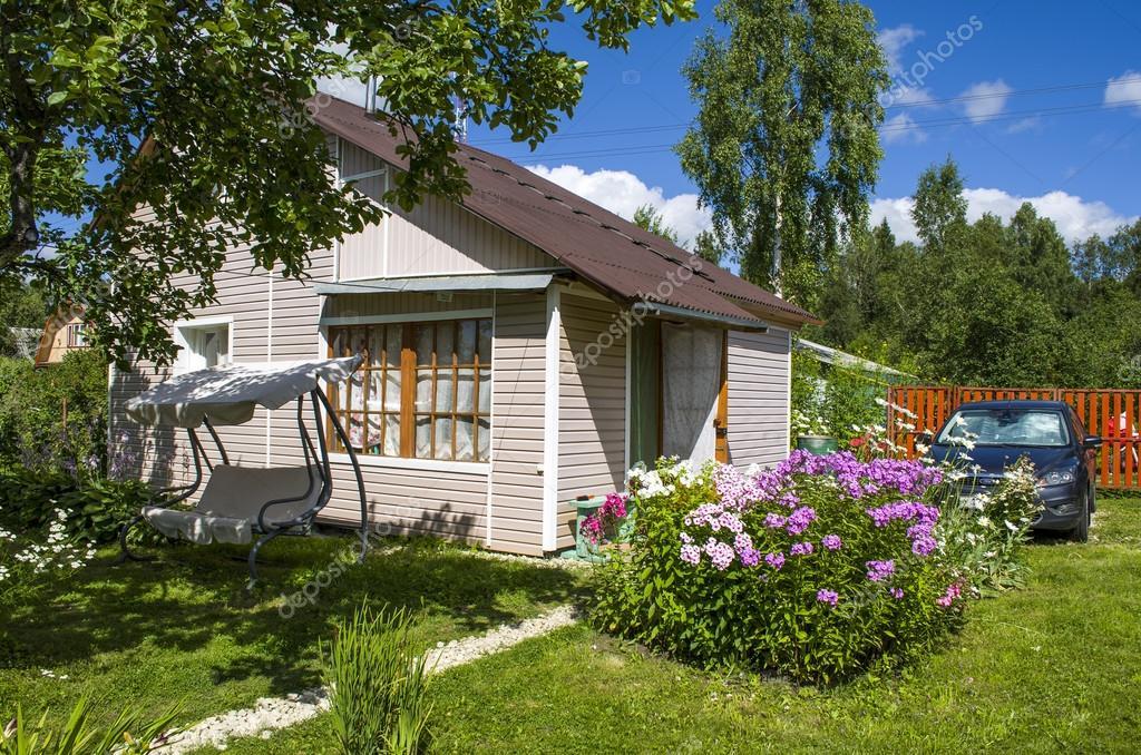 Casa di campagna con fiori foto stock zigalov 80208734 for Piani di casa in stile toscano