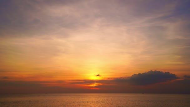 Epikus trópusi felhők naplementekor vagy napkeltekor a tenger felett videó 4K, A nap megérinti a horizontot, Vörös ég az arany órában csodálatos látványosság, Ocean Beach naplementék, A nap orsós felhők Fantasztikus természetes naplementék