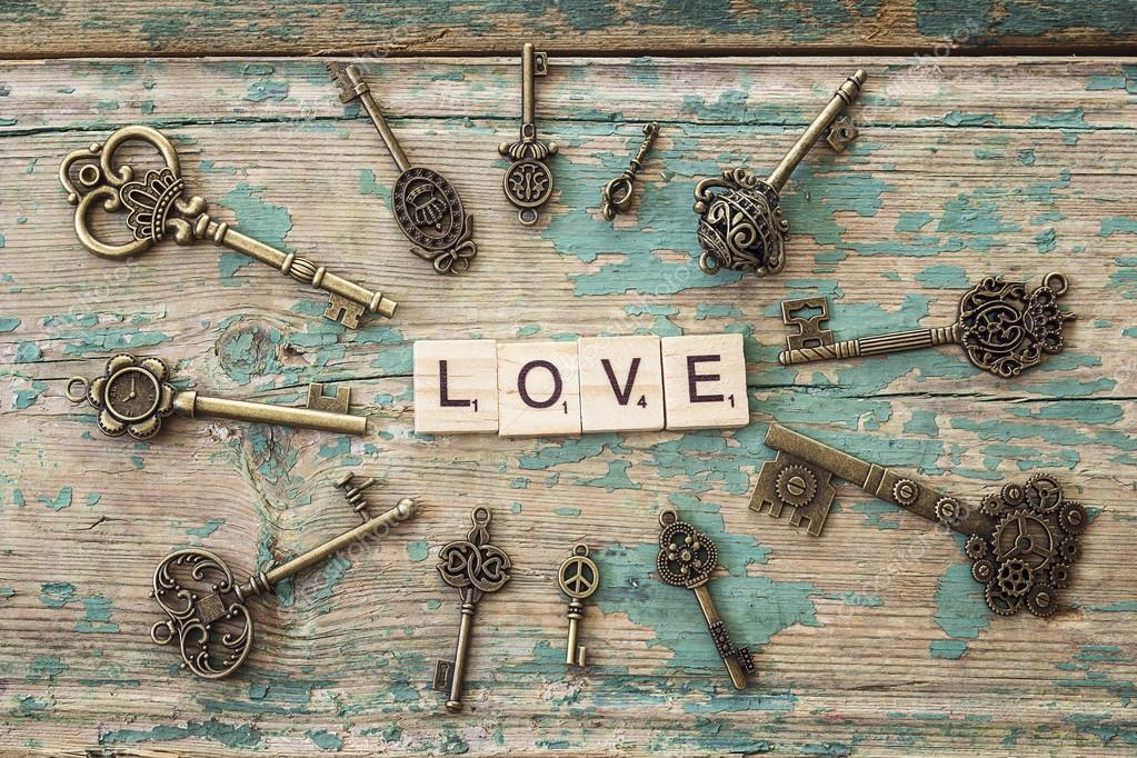 Marco redondo de llaves antiguas con inscripci n amor en for Llaves de bano antiguas