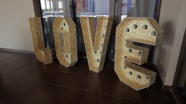 Průměrná plán dekorace s slova lásky. Panorama kamera se pohybuje zleva