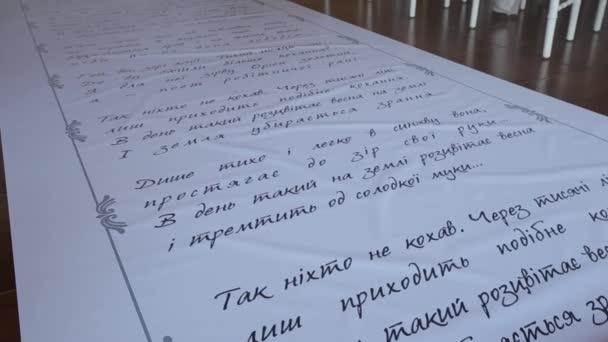 Der Durchschnittsplan sieht Vers-Inschriften auf Schiene vor. panorama bewegt sich die Kamera von