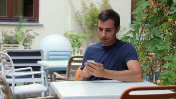 ember 29-30 év lapoz a böngésző a telefon, fehér, Iphone