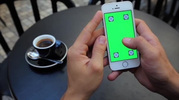 Zelená obrazovka procházení webových stránek svisle na telefonu v bílé, Iphone, značky