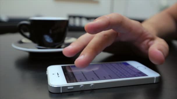 posouvání webových stránek na telefonu v bílé, Iphone, značky Google