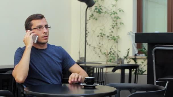 Üzletember a laptop használ a mobil kommunikáció kávézó