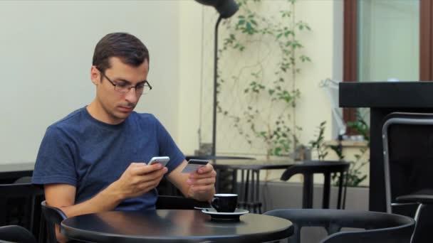ember fizetni online vásárlás, a kártya segítségével a telefon hitelkártya