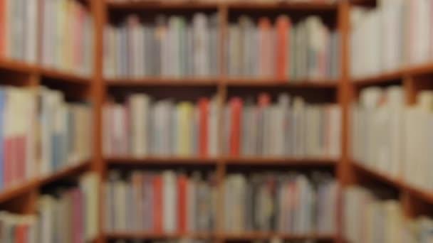 Pozadí s knihami a police staticky v místnosti