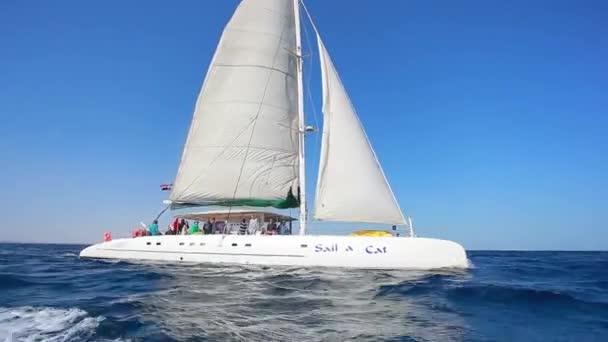 plachetnice směrem k moři