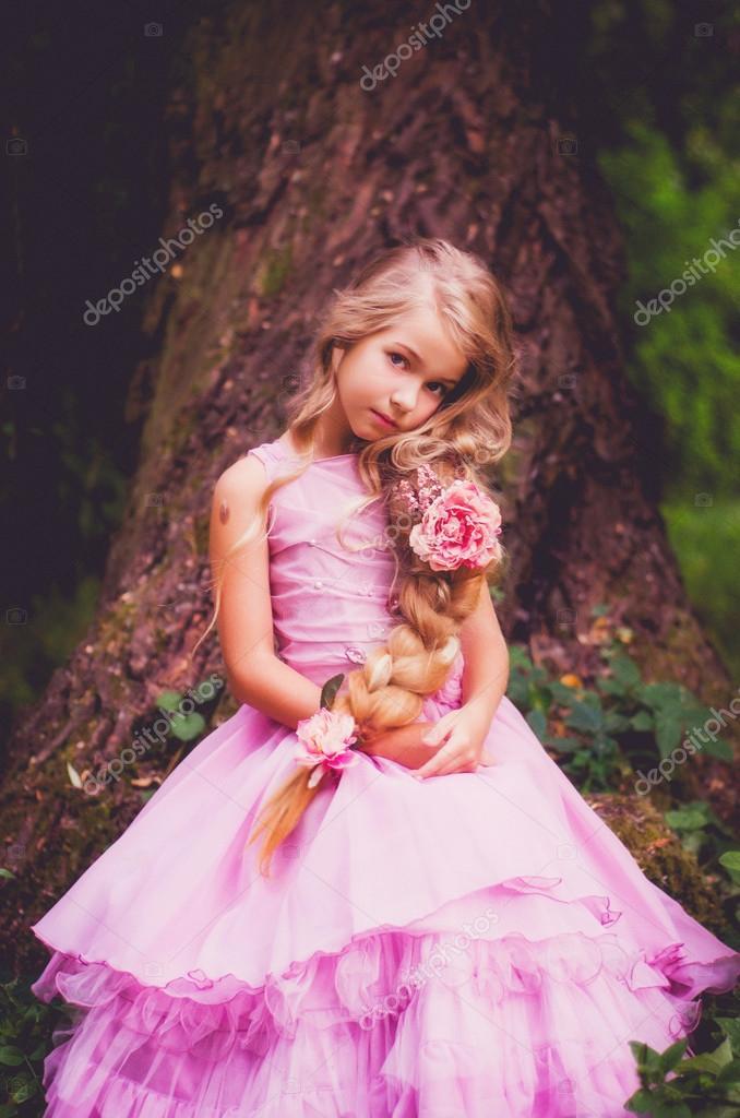 Rapunzel de pequeña, larga trenza — Fotos de Stock © tanyaxbt@gmail ...