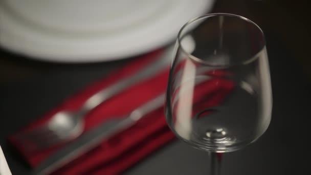 vino rosso, versato in vetro