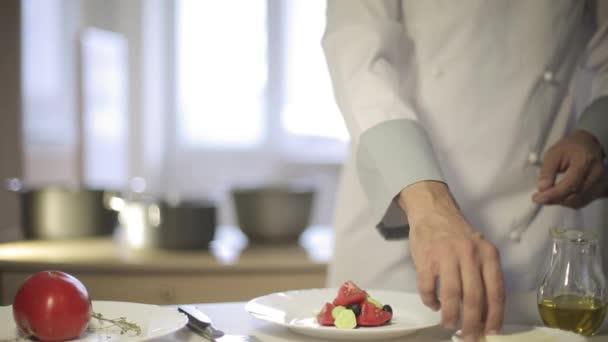 Šéfkuchař připravuje Řecký salát v kuchyni