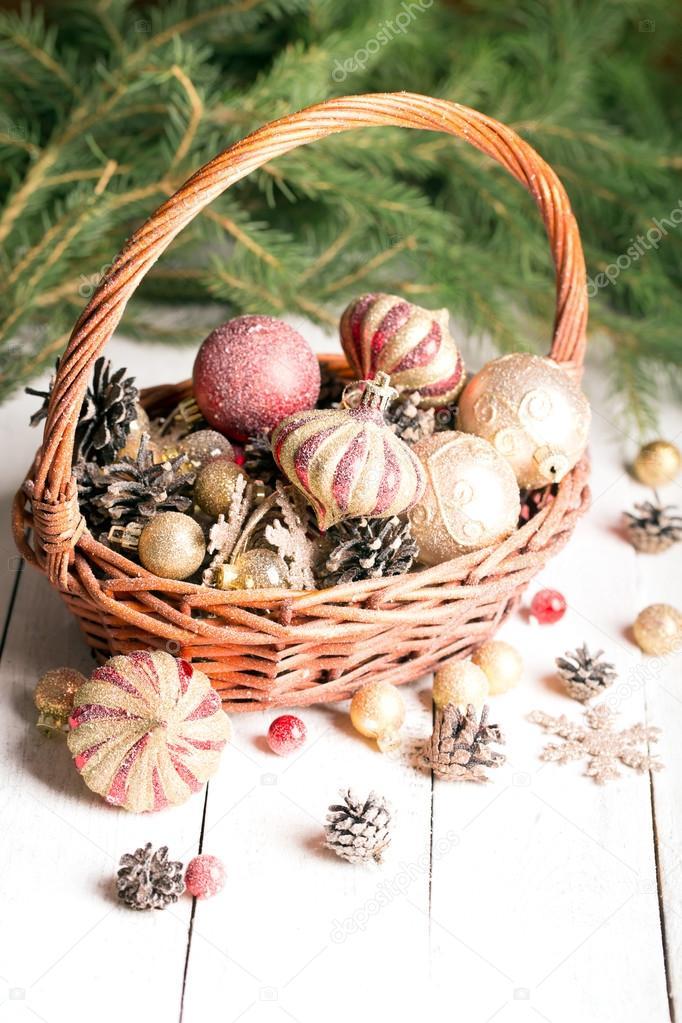 Weihnachten-Korb mit roten und goldenen Ornamenten — Stockfoto ...