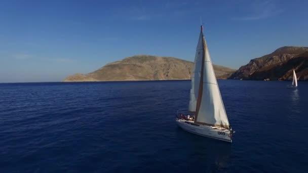 Plachetní jachty plovoucí v klidné moře