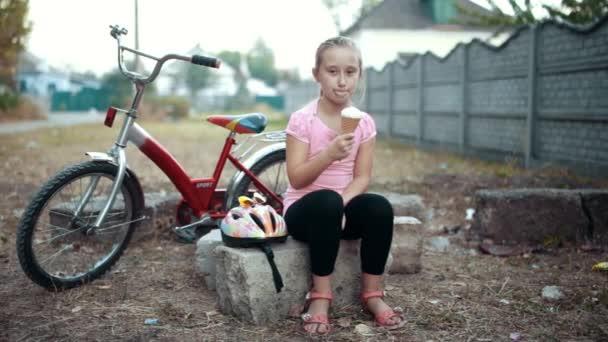 Gyönyörű lány eszik fagylaltot