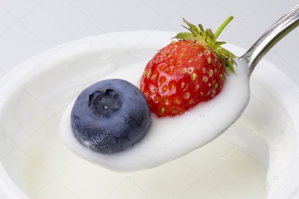 close up de iogurte branco com mirtilos e morangos stock. Black Bedroom Furniture Sets. Home Design Ideas