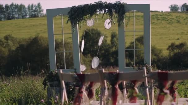 esküvő ív, rusztikus stílusban díszített