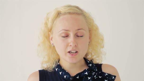 Closeup portrét blond ženy zavřela oči