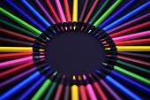 Sada realistické barevné barevné tužky nebo pastelky na černém pozadí