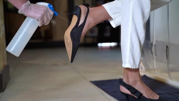 Desinfektion von Schuhen am Eingang zum Geschäft