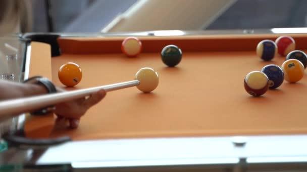 hrát kulečníkový stůl