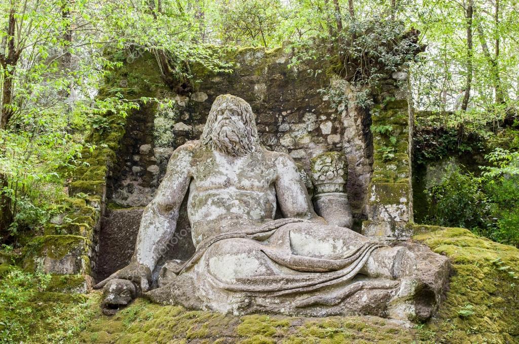 Estatua de neptuno en recorrido de bomarzo jardines for Jardines de bomarzo