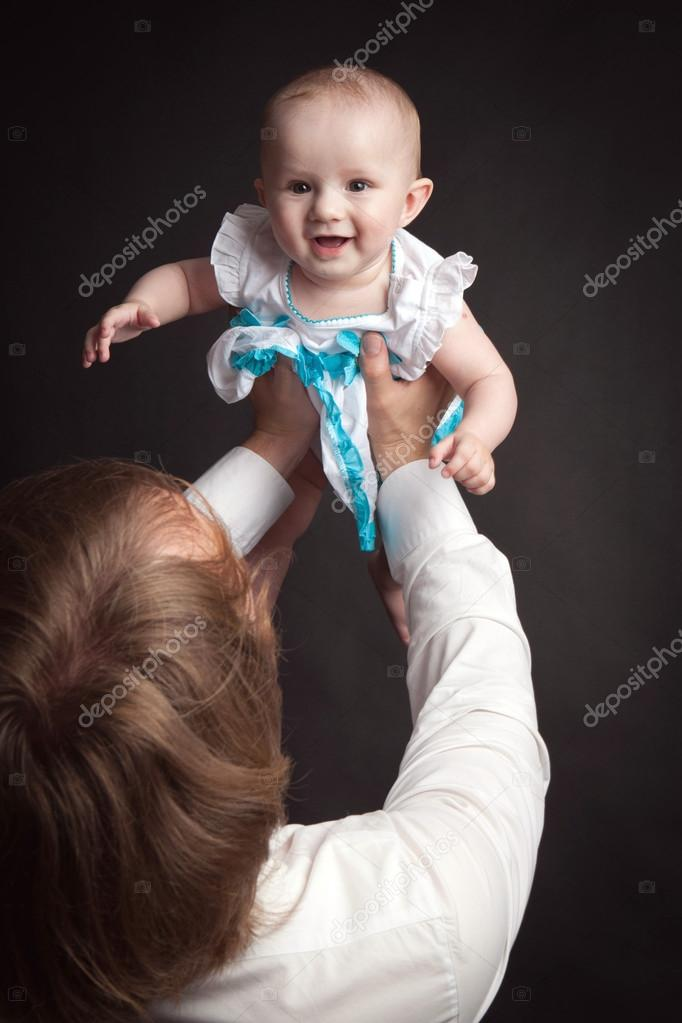 a6909d83b385 Parents hold their baby studio — Stock Photo © 371819  103595756