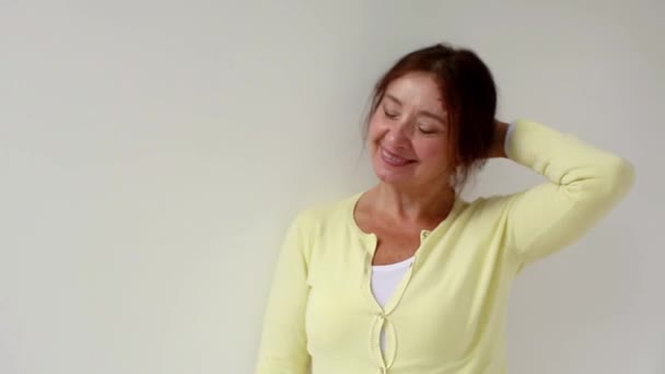 Portrét šťastný starší hispánský paní s úsměvem