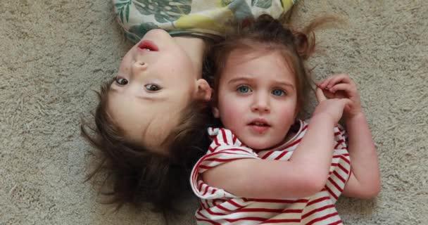 Chlapec a dívka se vážně dívají do kamery