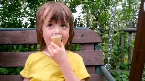 Roztomilý chlapec jíst zmrzlinu venku