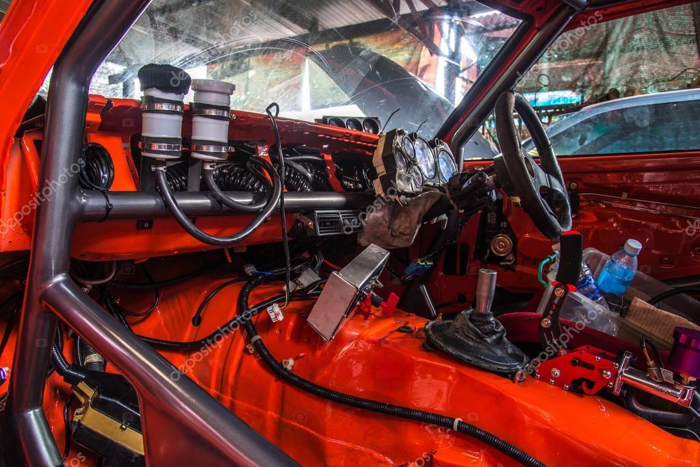 Reparatur von alten Autos in der garage — Stockfoto © sorranop.k ...