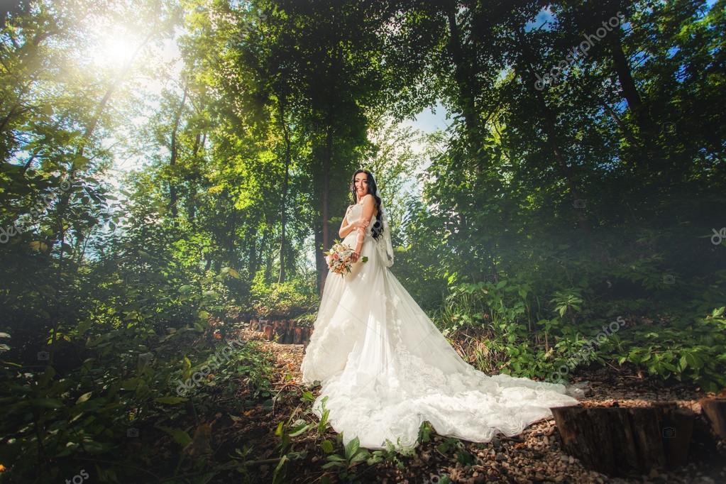 novia en vestidos de novia en el bosque — fotos de stock © baimiro