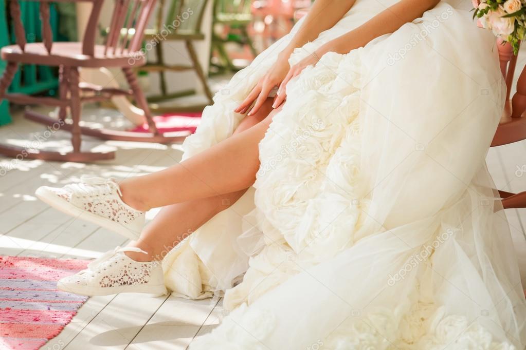 Braut Zeigen Ihre Beine In Lustige Hochzeitsschuhe Stockfoto