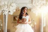 Menyasszony fehér esküvői ruha a luxus helyén