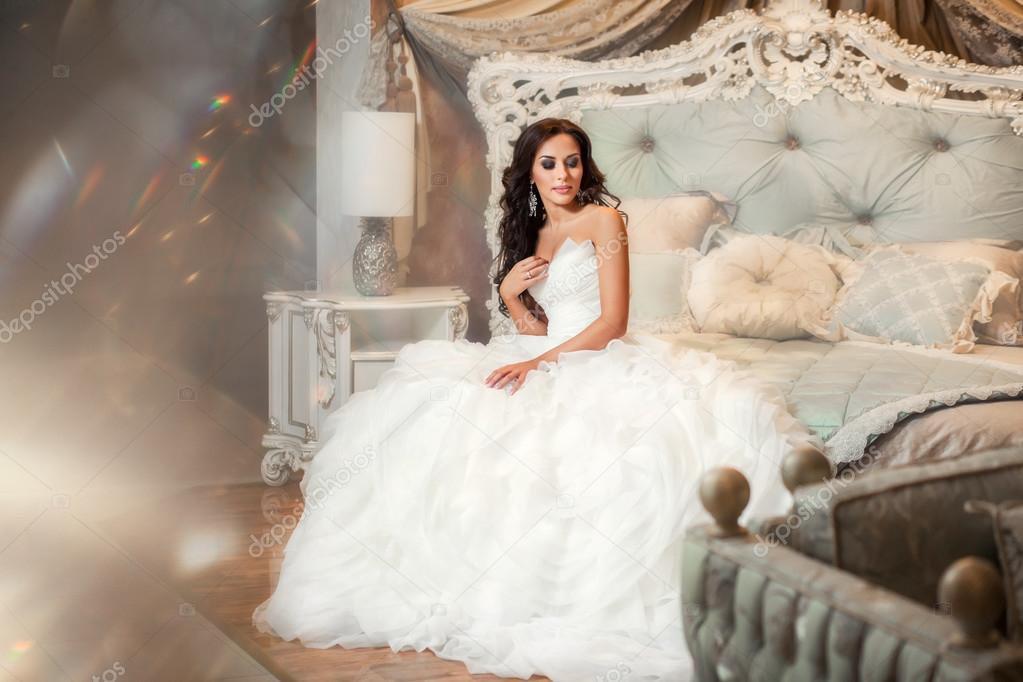Sonar con una mujer hermosa vestida de blanco