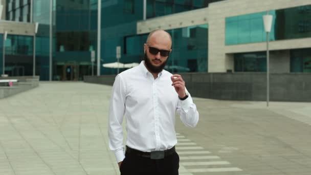 Muž v košili sundat brýle