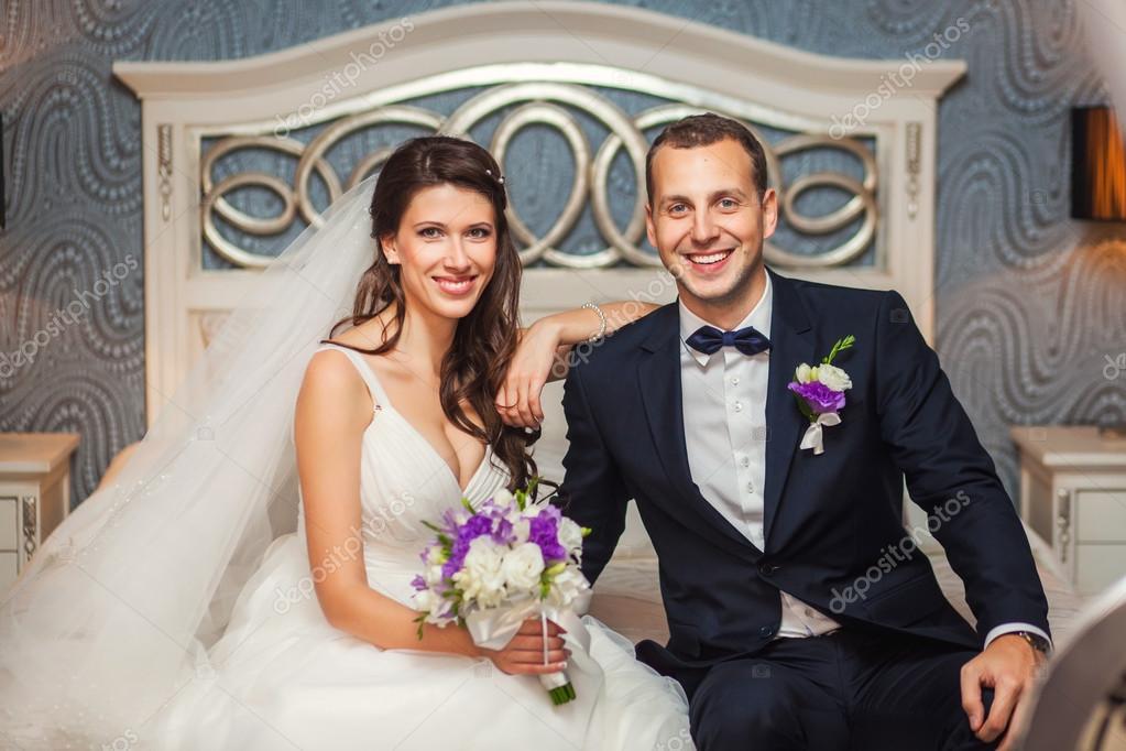 f2edba28d581 Lyckliga bruden och brudgummen på bröllop i rummet — Stockfotografi ...