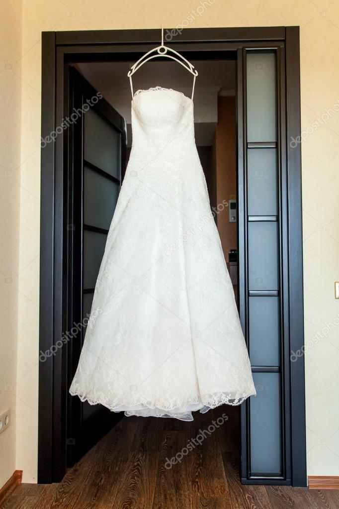 vestido de novia colgado sobre la puerta — fotos de stock © baimiro