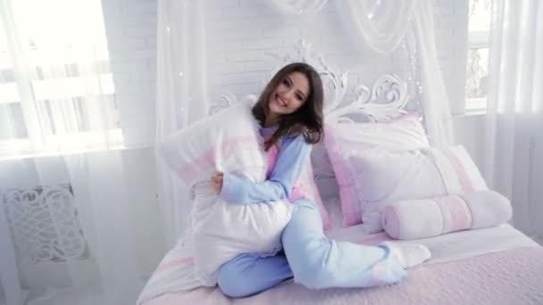 Mladý model v pyžamu